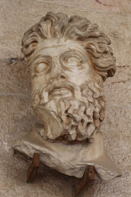Statue im Stoa des Attalos