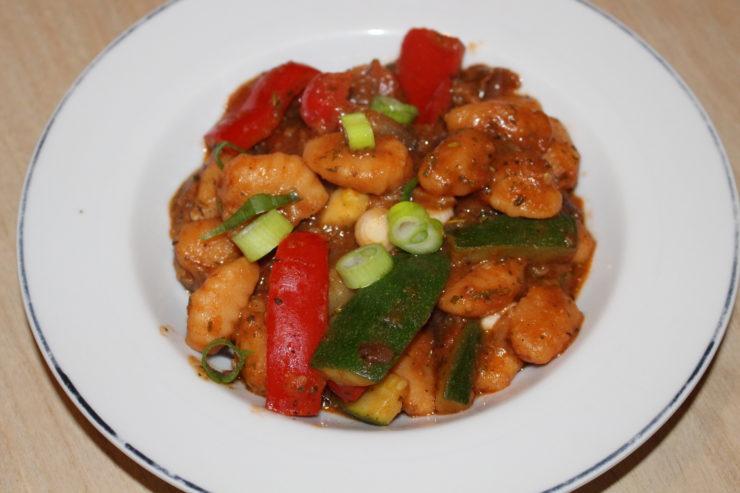 Gemüse Pfanne mit Gnocchi in Tomatensoße