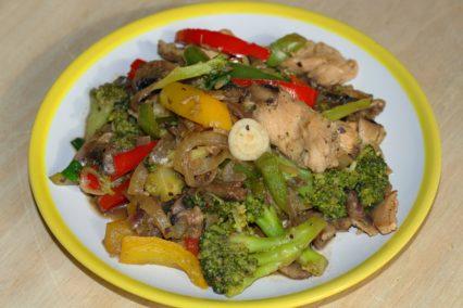 asiatische Gemüsepfanne mit Pute/Hühnchen