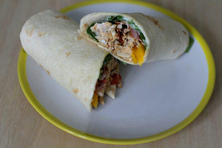 Frühstückswrap mit Eiern und Speck