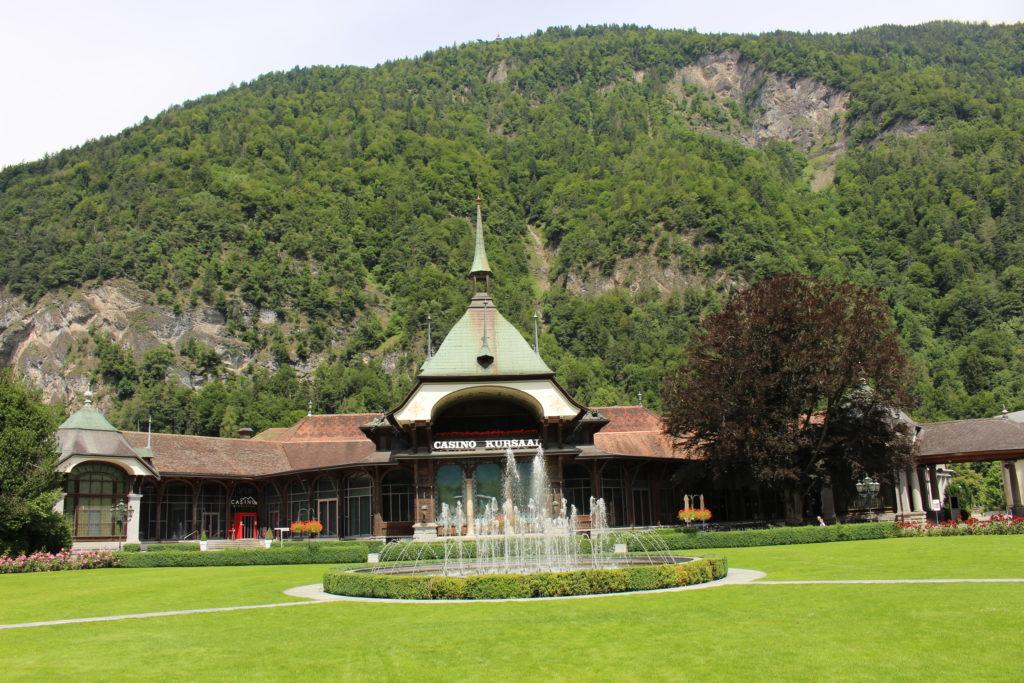 Kursaal Brunnen mit Sicht auf das Casino