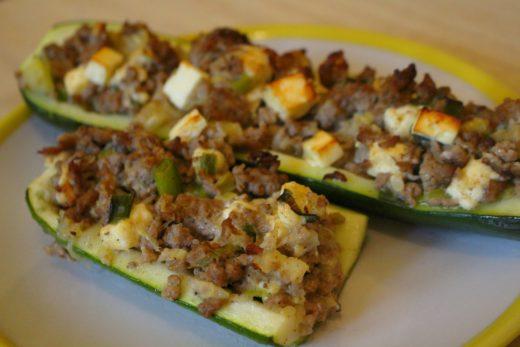 Zucchini gefüllt mit Hackfleisch und Feta